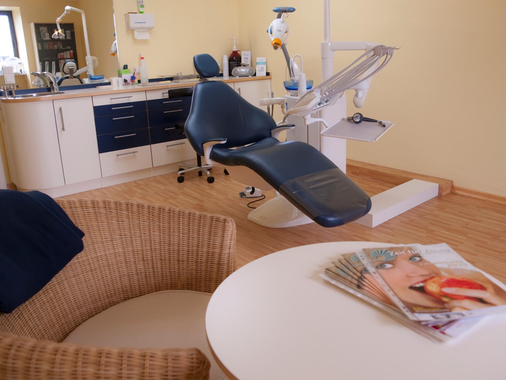 Behandlungszimmer Zahnarzt Filby Leverkusen